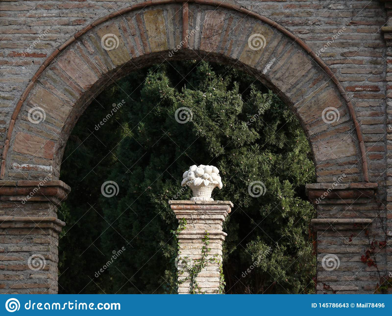 Tegelstenbågen och vit marmorerar skulptur