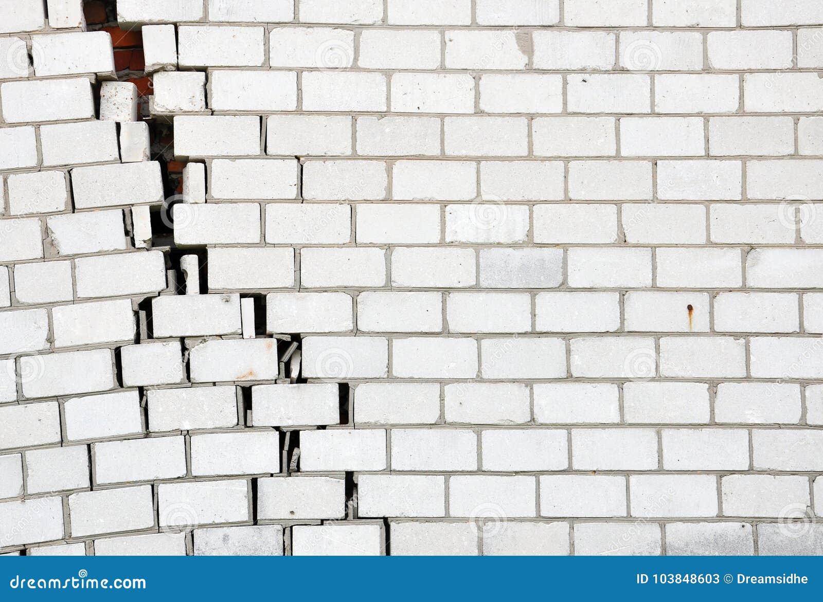 Tegelstenvägg med en spricka