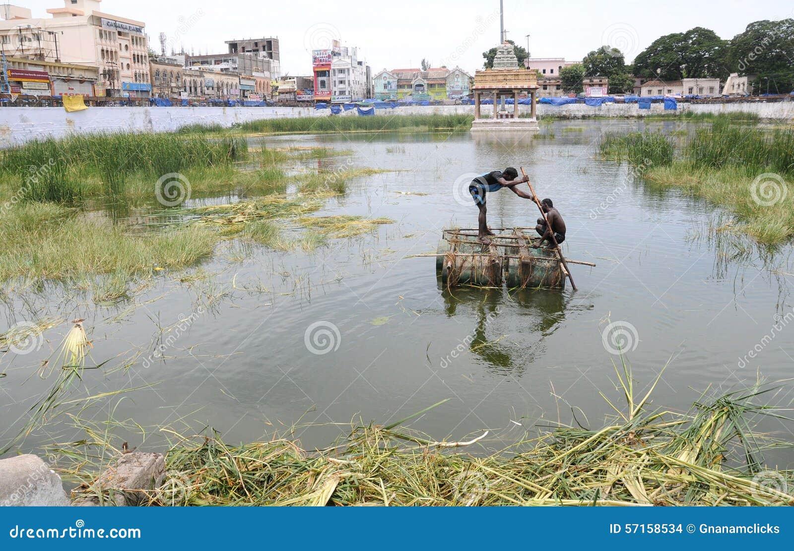 Teich Reinigen Cool Das Wasser Ist Abgepumpt Hinten Der