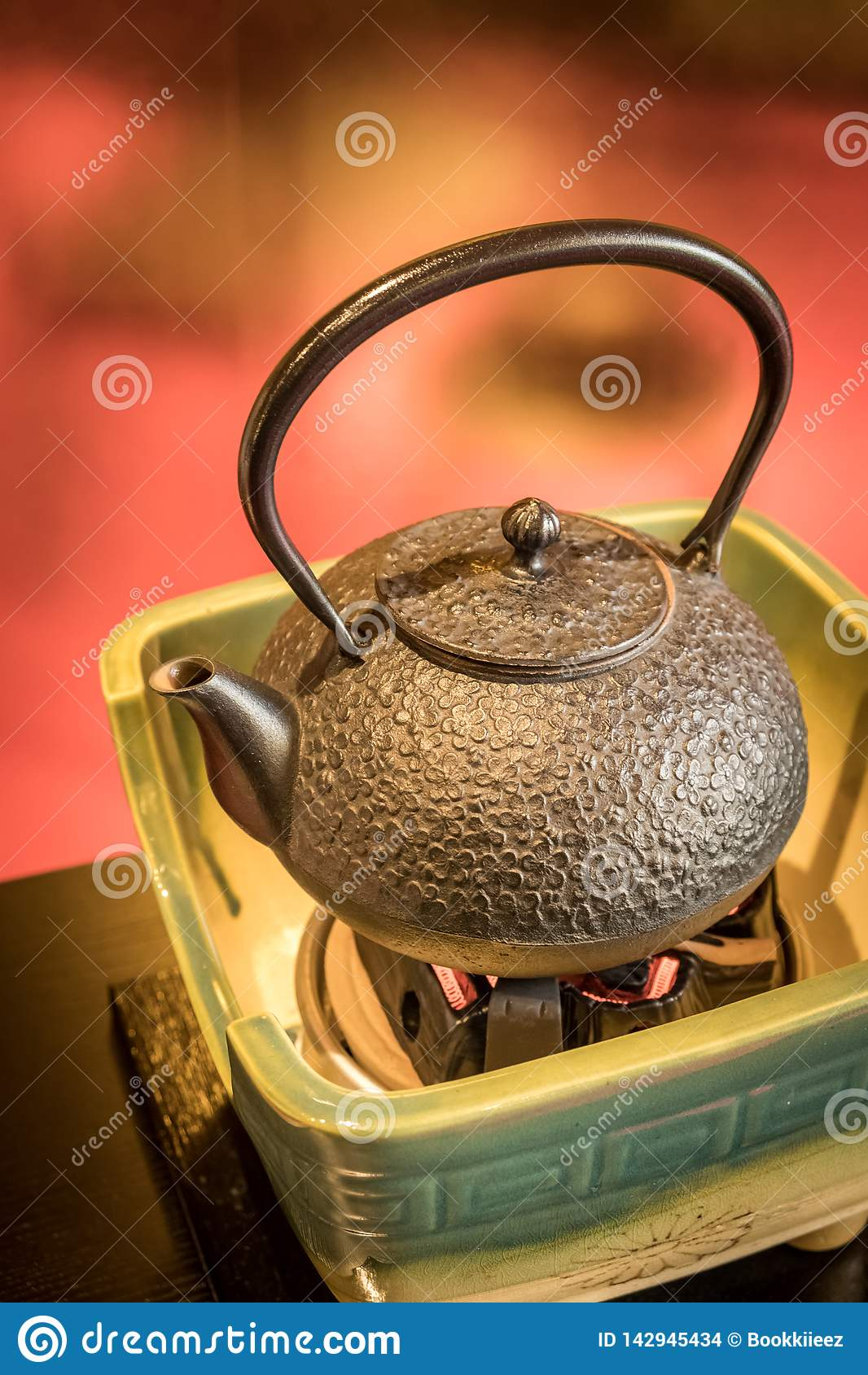 Teiera giapponese tradizionale in piatto ceramico