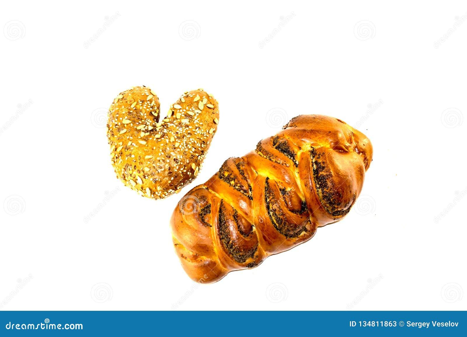 Teigprodukte auf weißem lokalisiertem Hintergrund Brot mit Samen und Mohn auf weißem lokalisiertem Hintergrund