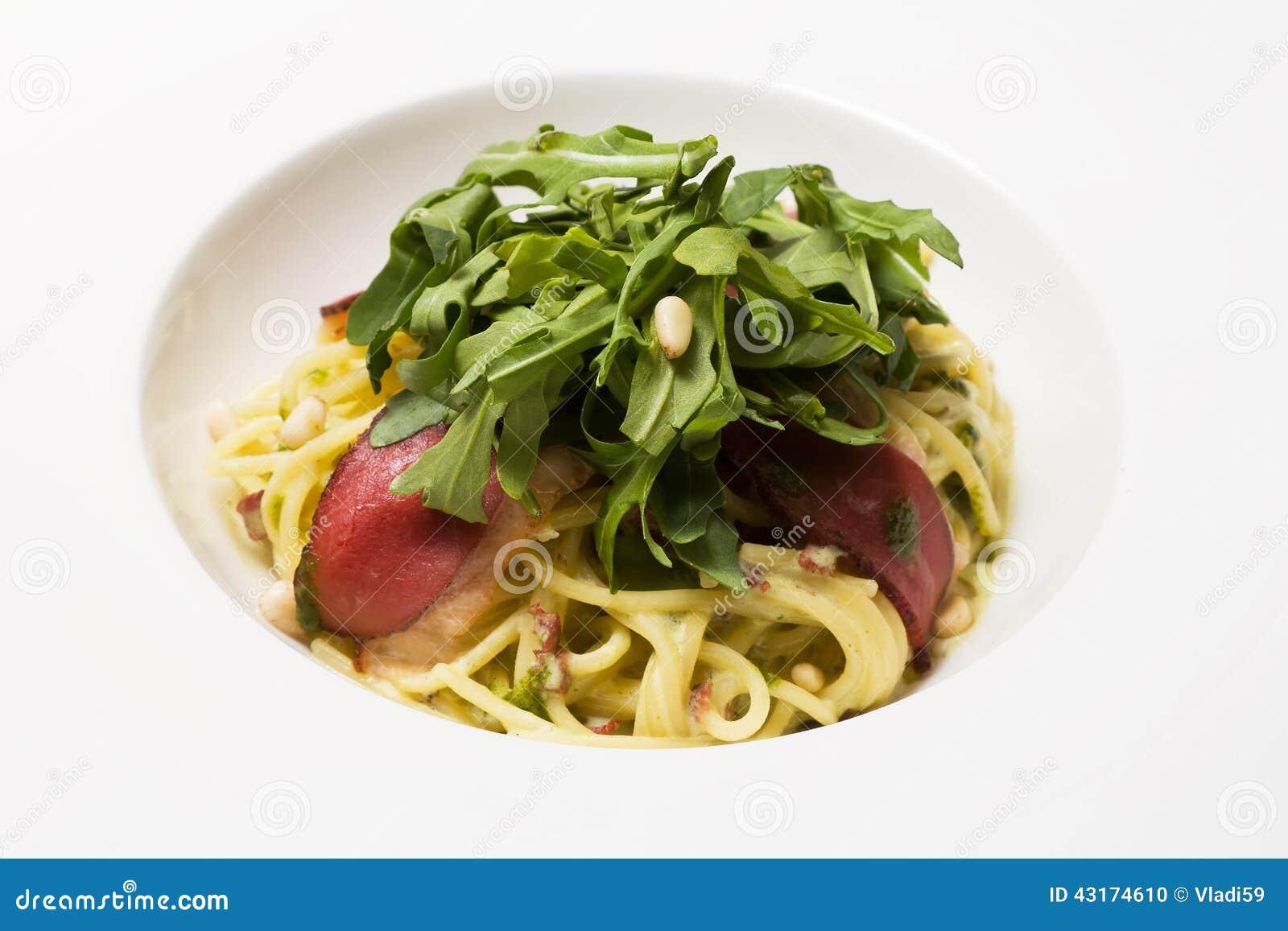 Teigwaren mit Tomatensauce und Kräutern