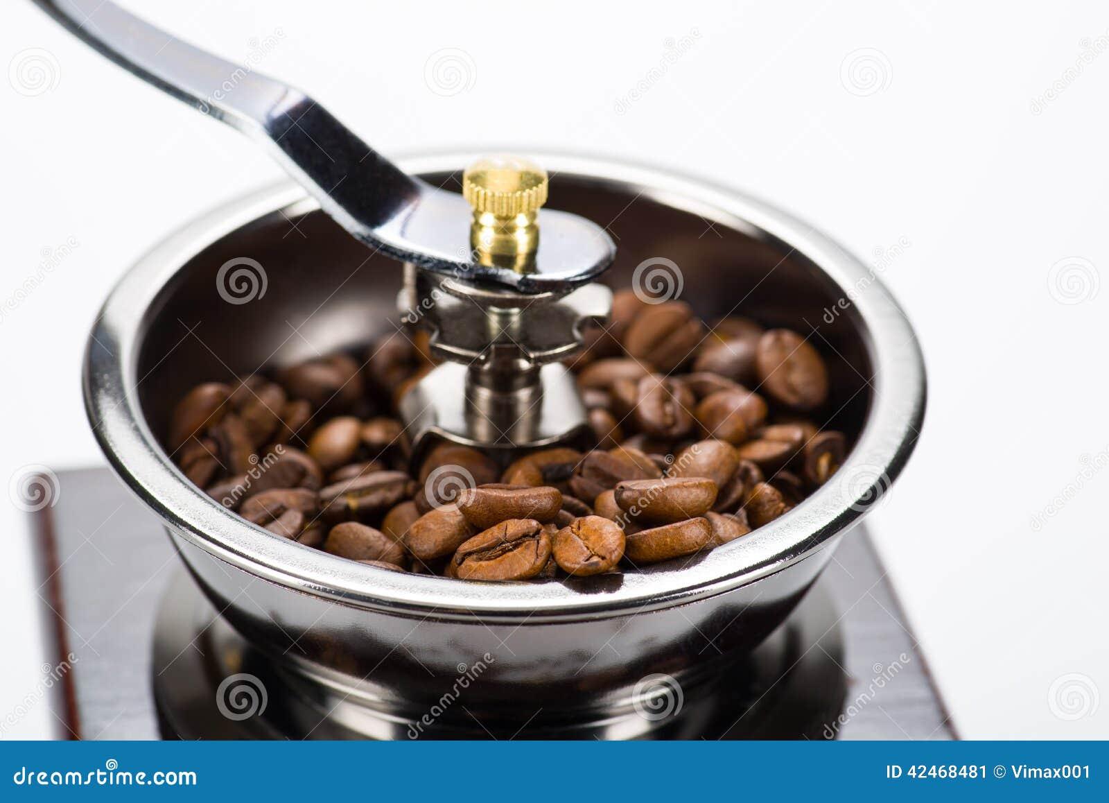 Teil der Kaffeemühle mit Fokus auf Bohnen