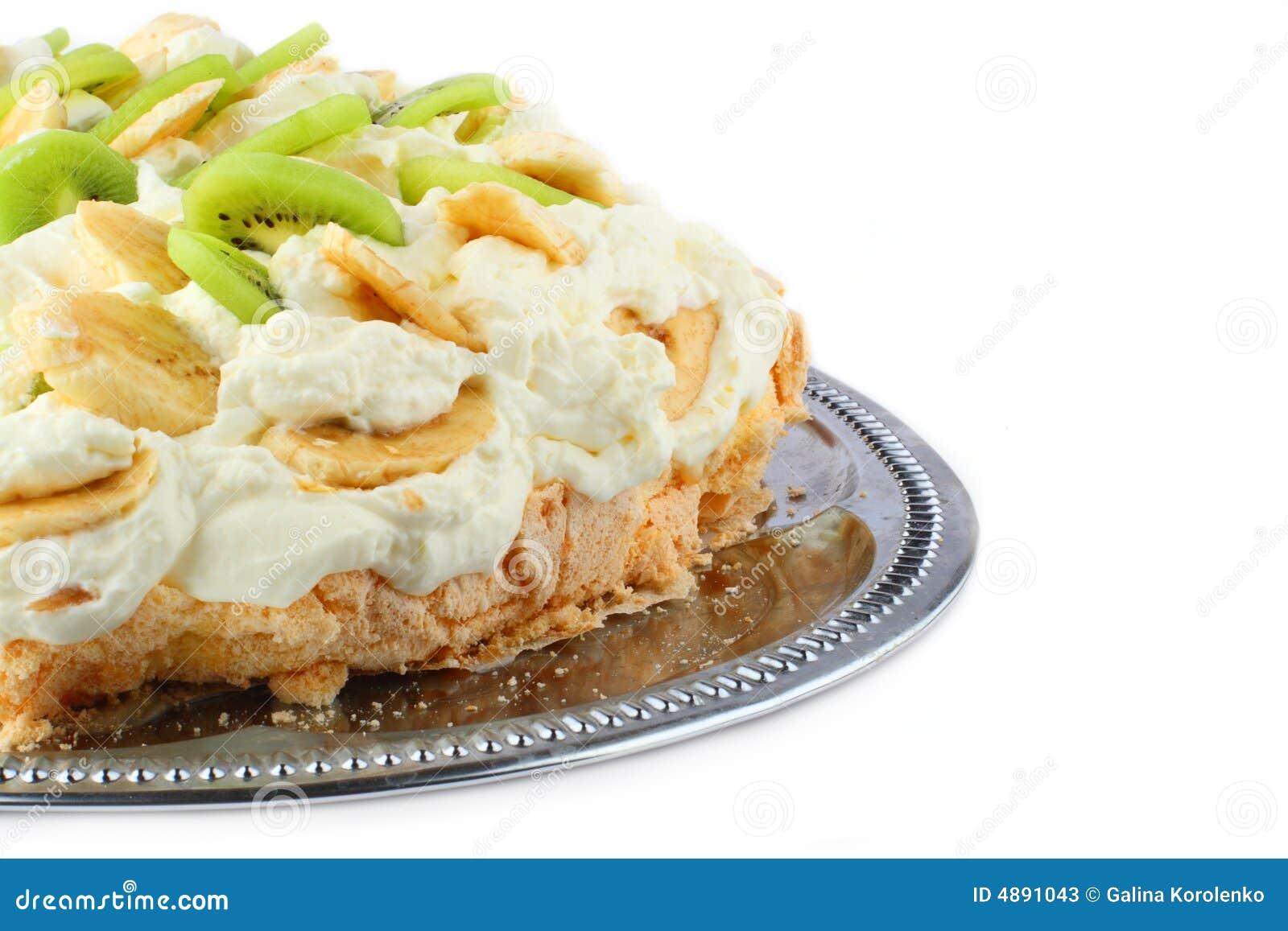 Teil des pavlova Kuchens mit Banane und Kiwi über getroffen