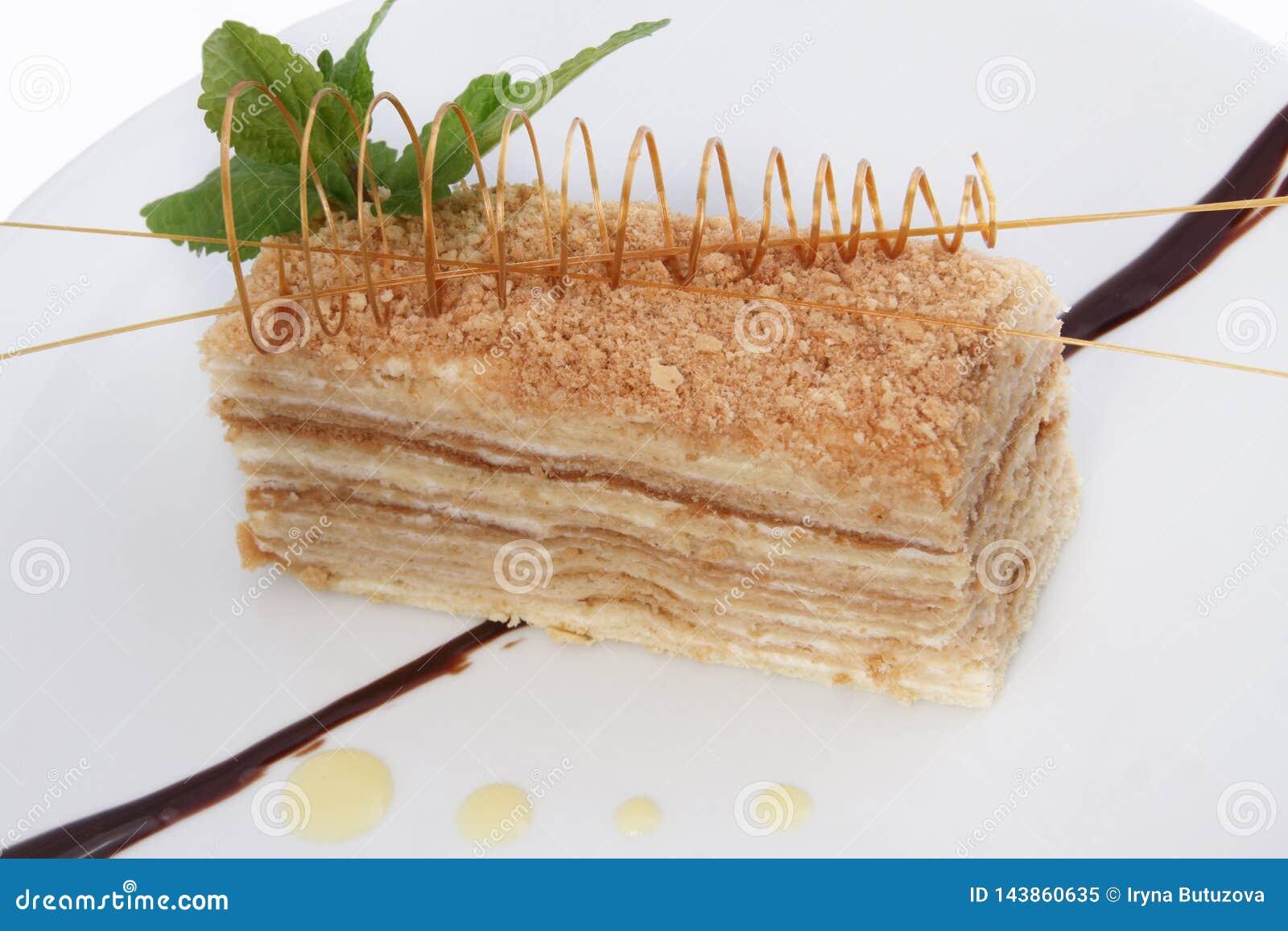 Teil des s??en klassischen ?berlagerten Kuchens von Napoleon auf einem hellen Hintergrund