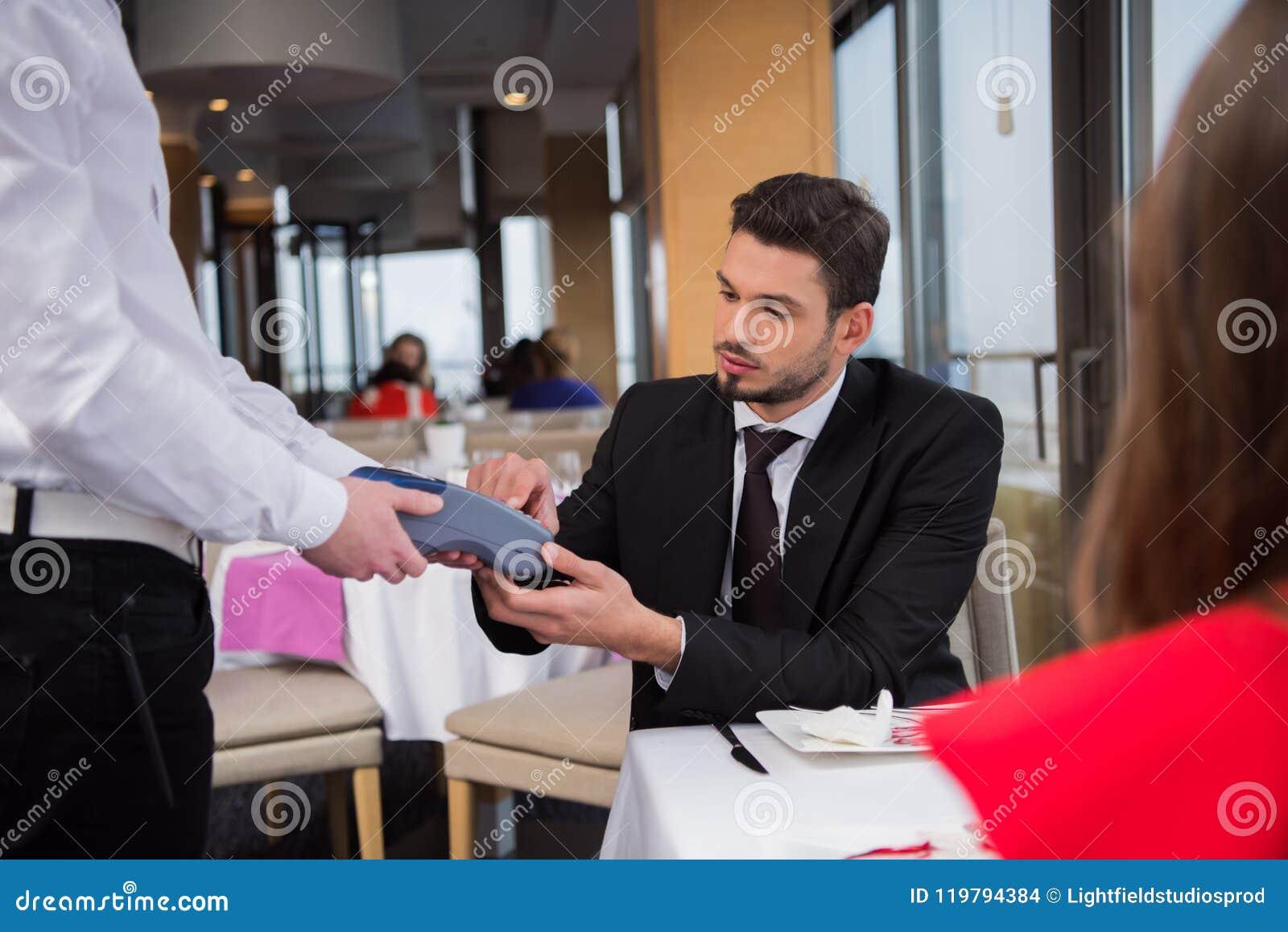Teilweise Ansicht des Mannes zahlend für Bestellung mit Kreditkarte