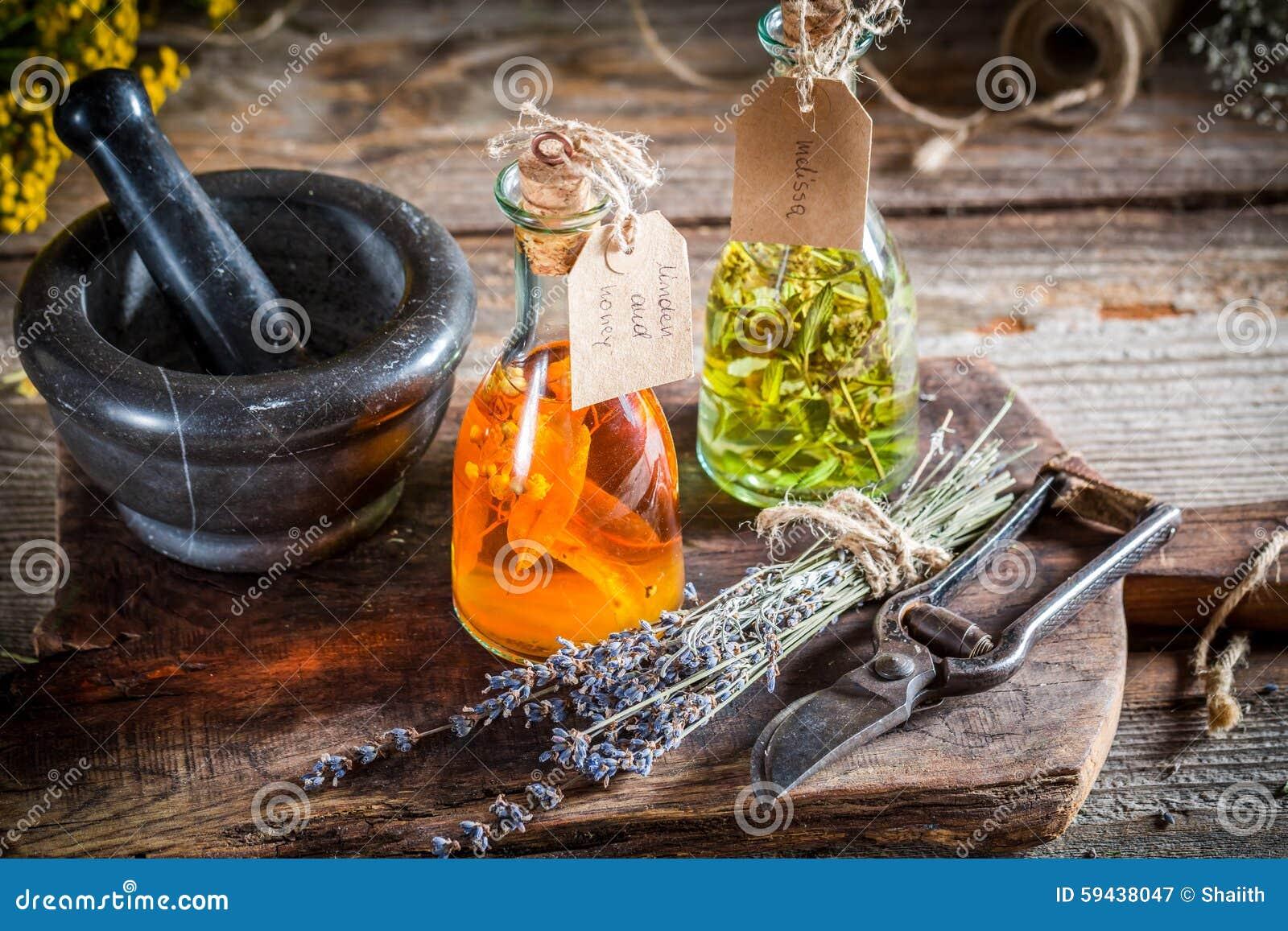 teinture faite maison dans des bouteilles avec de l 39 alcool et les herbes image stock image du. Black Bedroom Furniture Sets. Home Design Ideas