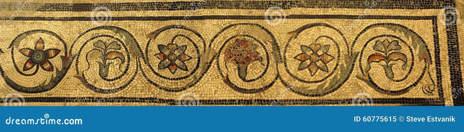 Teja de mosaico en el chalet antiguo de Román