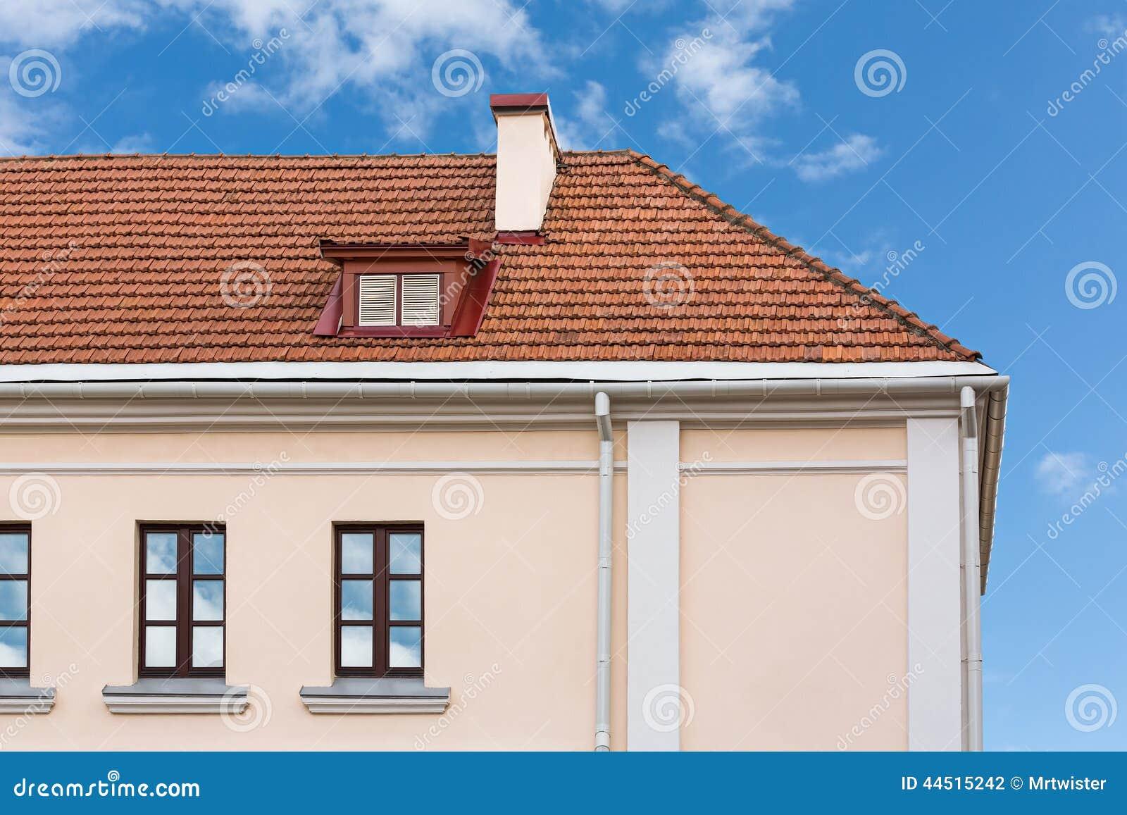 Tejado de la casa con las chimeneas y la ventana - Tipos de tejados para casas ...