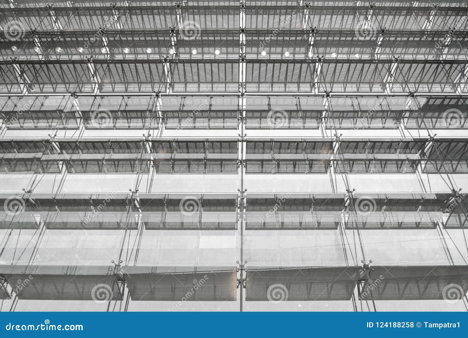 Tejado de la estructura de acero del edificio de oficinas Fachada de cristal su de Windows