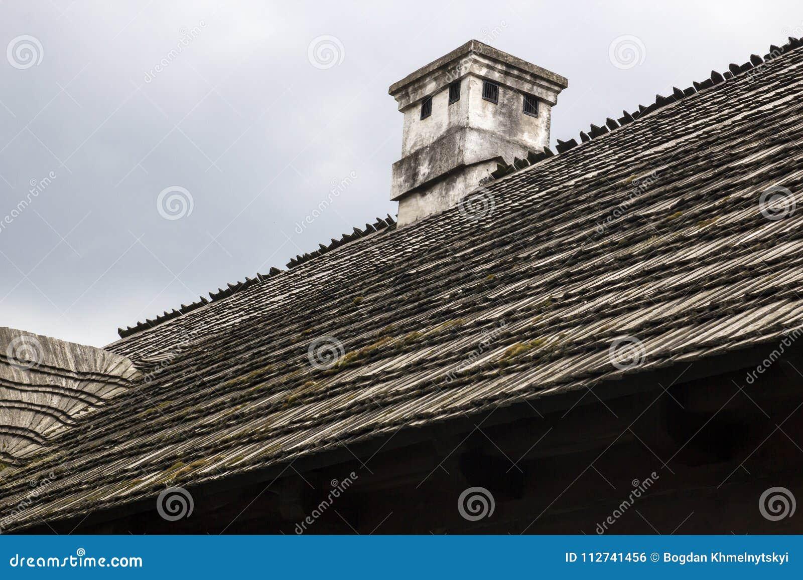 Tejado de madera con la chimenea una casa rural vieja foto - Casa rural de madera ...
