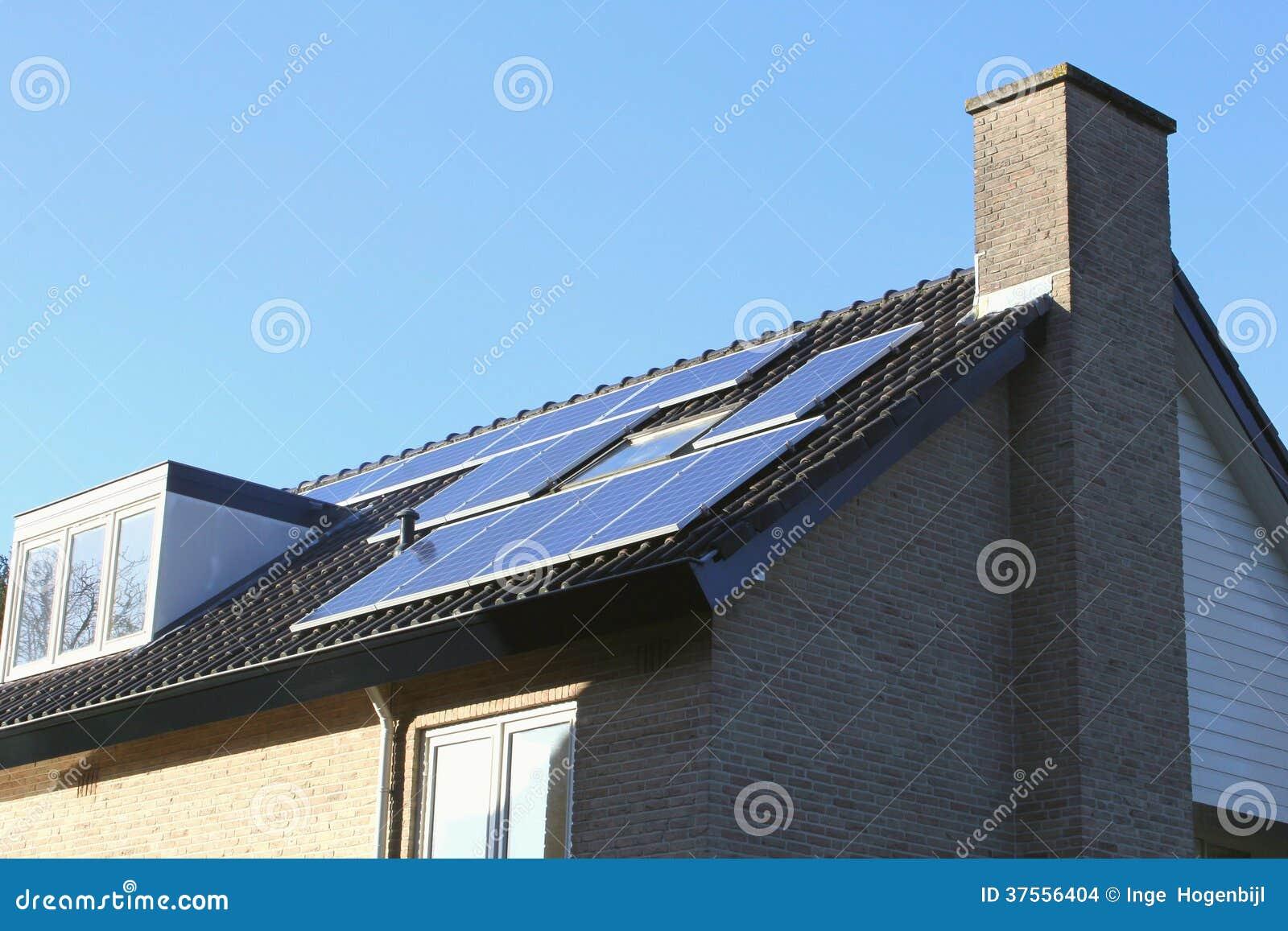 Tejado de una casa moderna con los paneles solares - Tejados de casas modernas ...