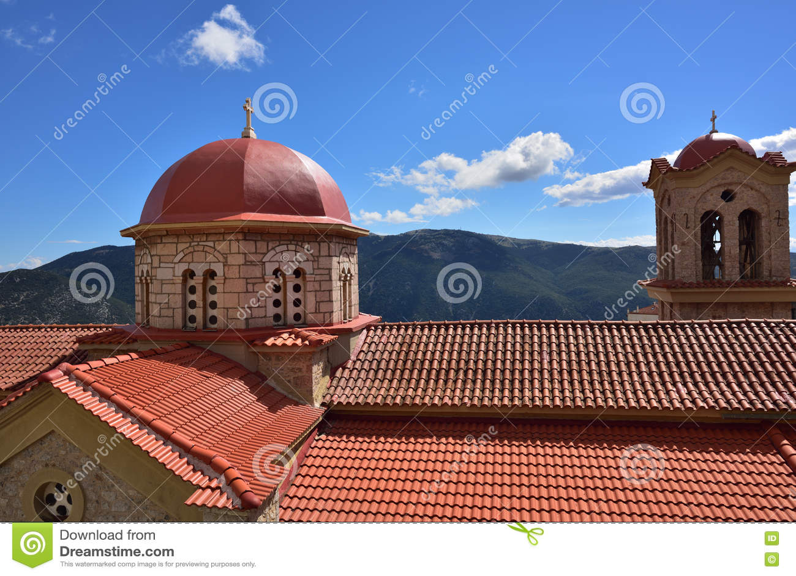Tejado rojo de la iglesia ortodoxa en Grecia