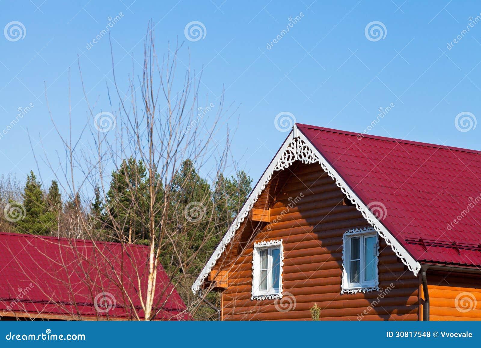 Tejados de teja roja de nuevas casas de madera fotos de for Tejados de madera para exterior