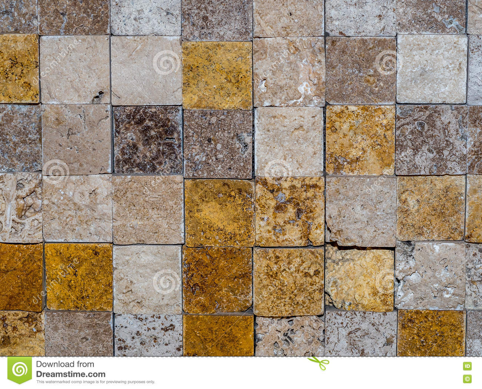 Tejas de piedra cuadradas en una pared