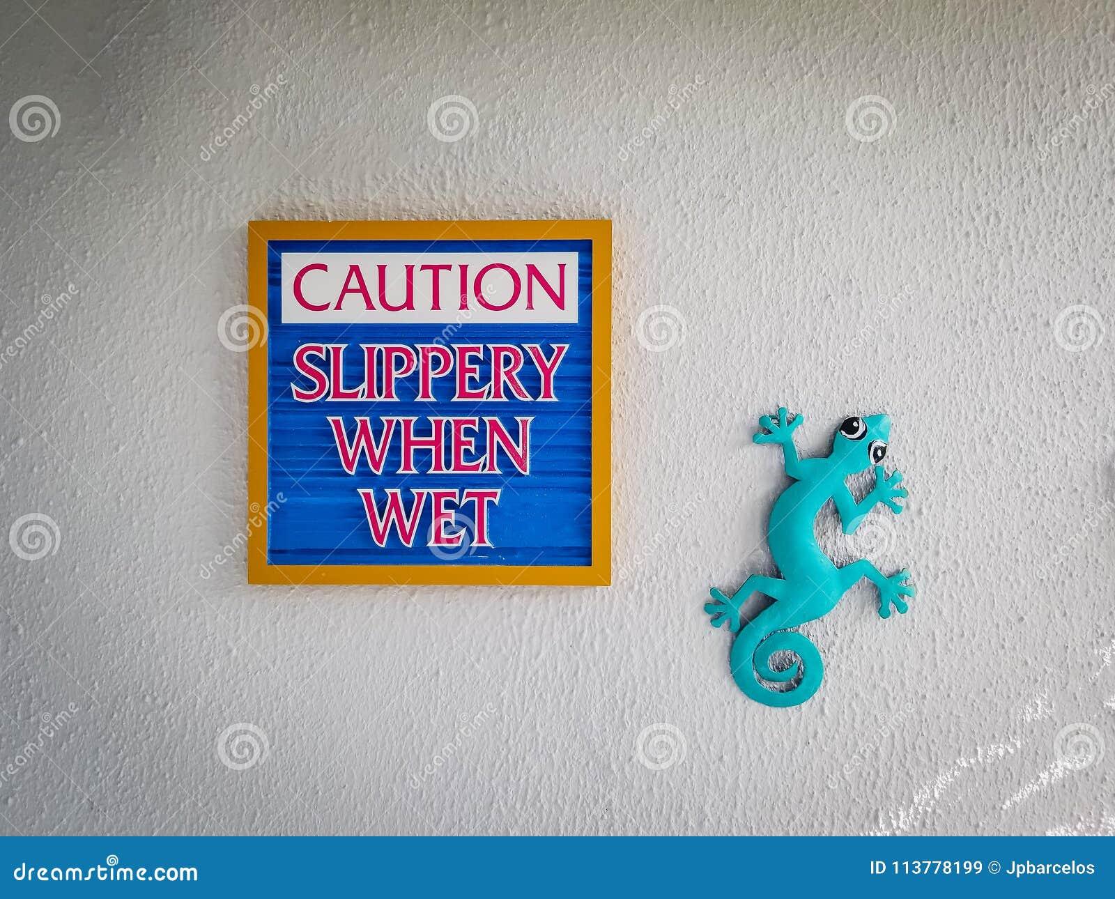 Teken glad zeggen wanneer nat, voorzichtigheid typisch ambachtkunstwerk DE
