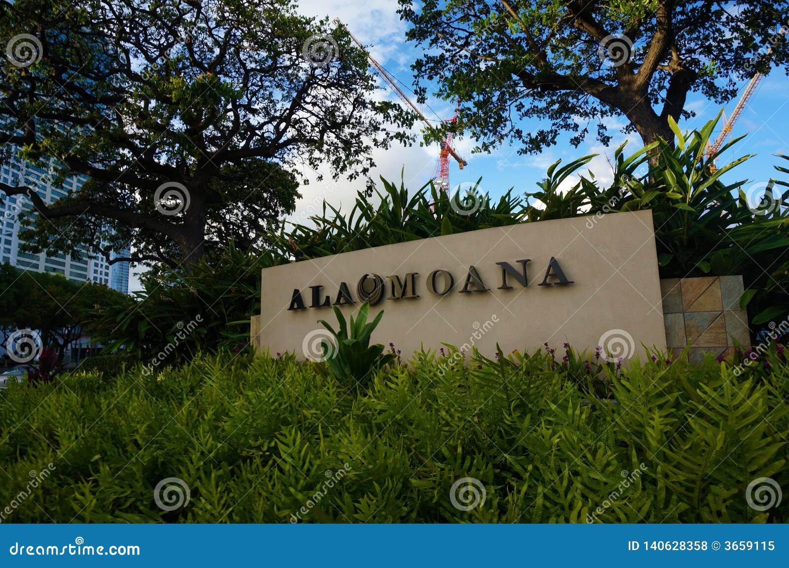 Teken met de naam van de wandelgalerij 'Ala Moana 'in het gras onder blauwe hemel en bomen in het eiland Oahu van Hawaï