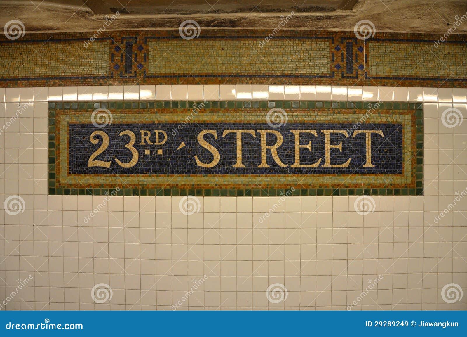 Teken van de ste metro van de straat in de tegel van het mozaïek