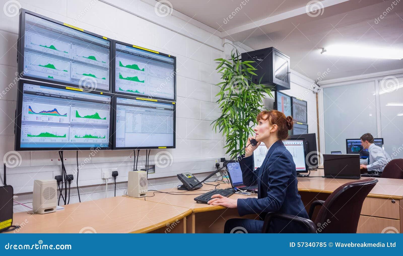 Tekniker som i regeringsställning sitter körande diagnostik