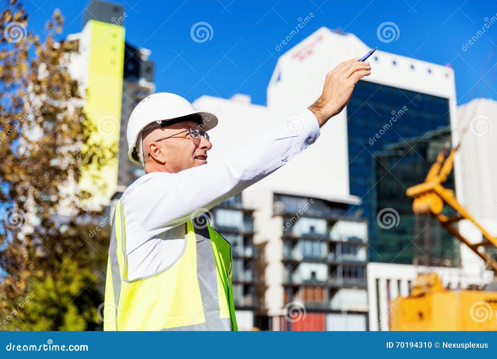 Teknikerbyggmästare på konstruktionsplatsen