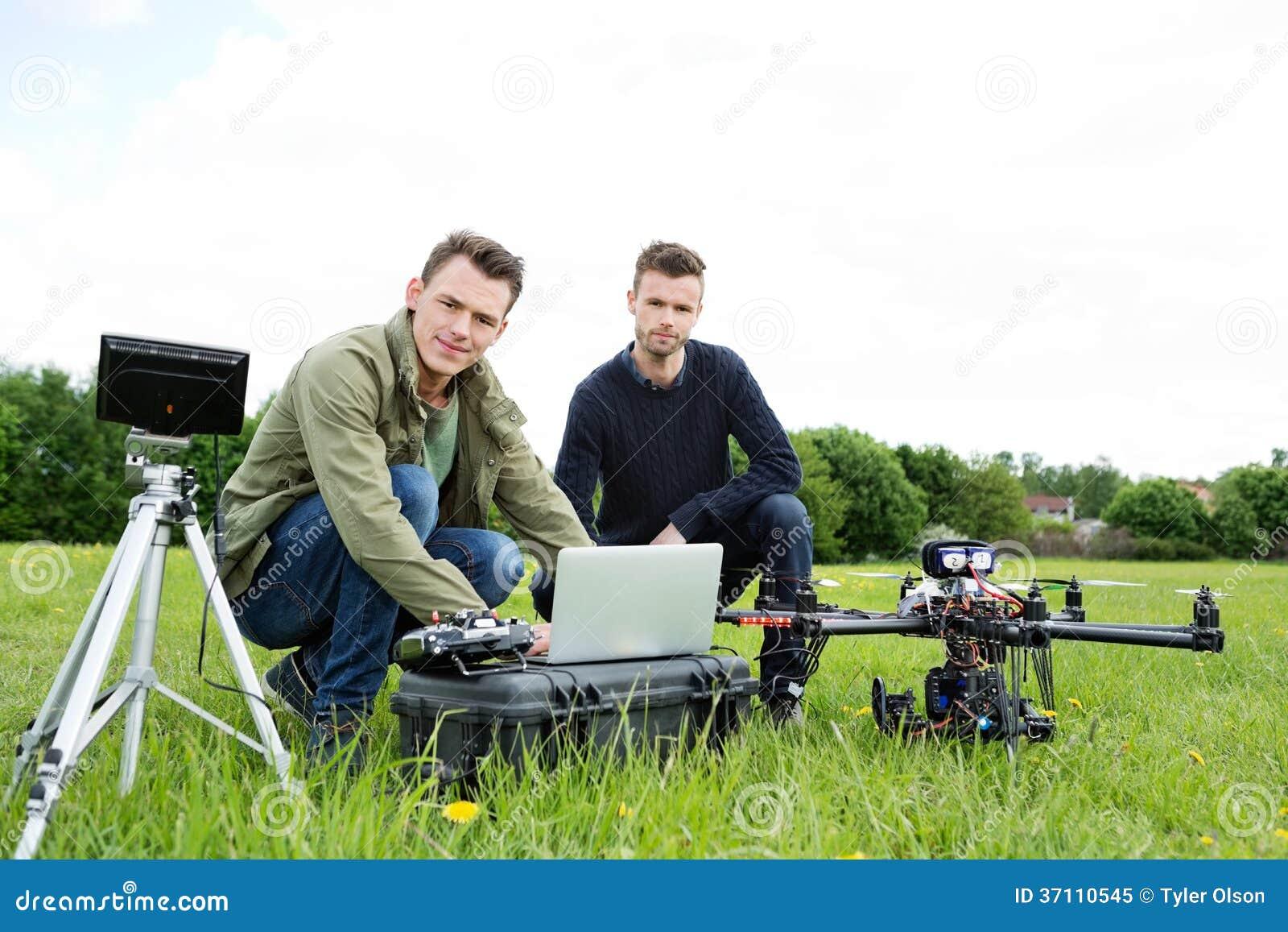 Teknikerer som använder bärbara datorn med UAV-helikoptern