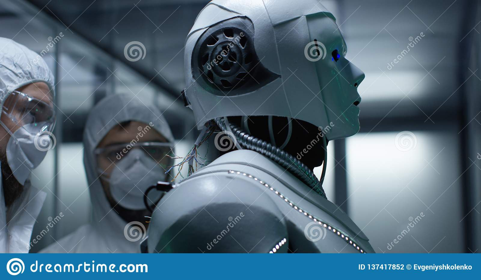 Teknikerfixandetrådar på robotkontroll