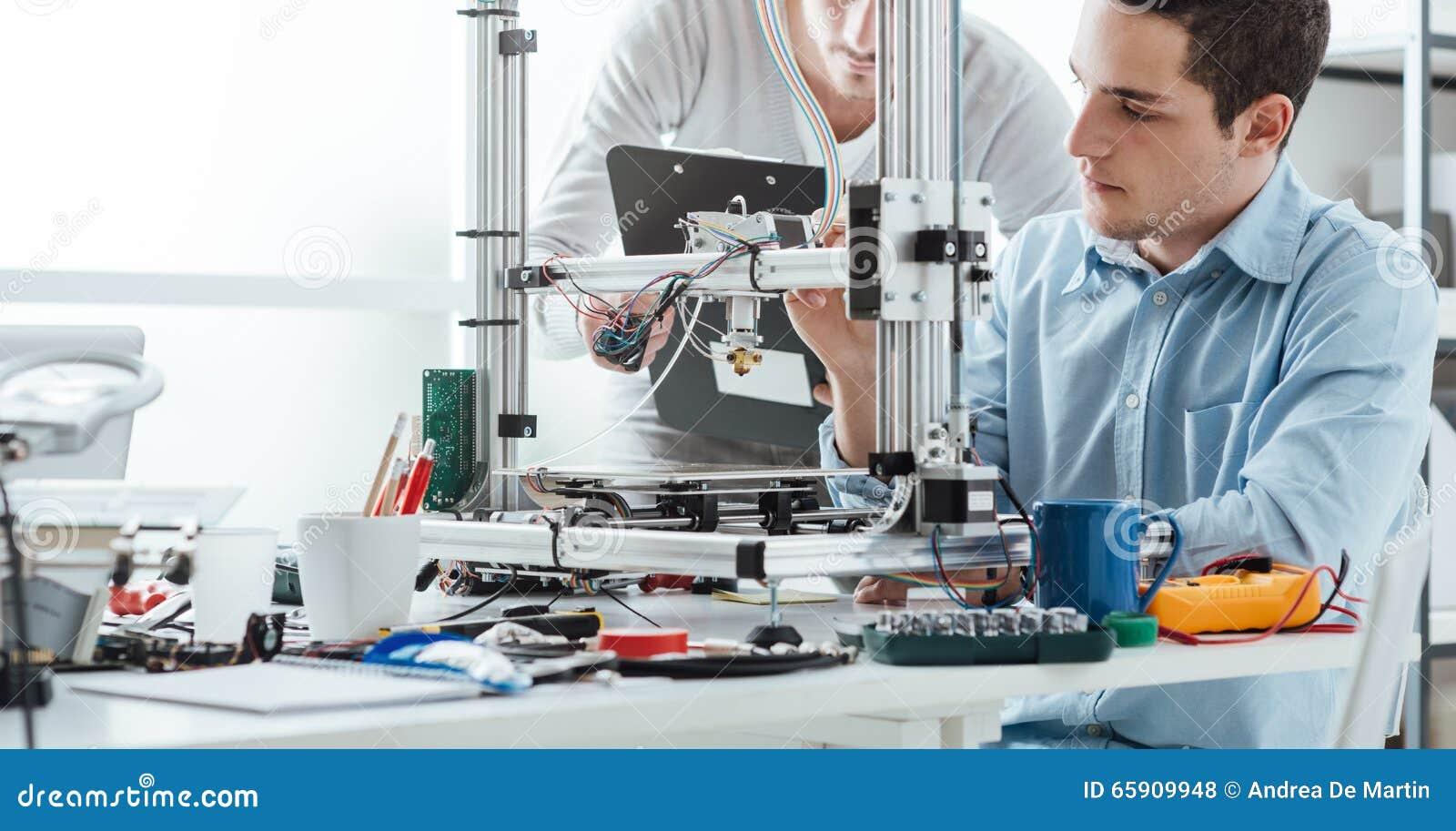 Teknikstudenter som använder en skrivare 3D
