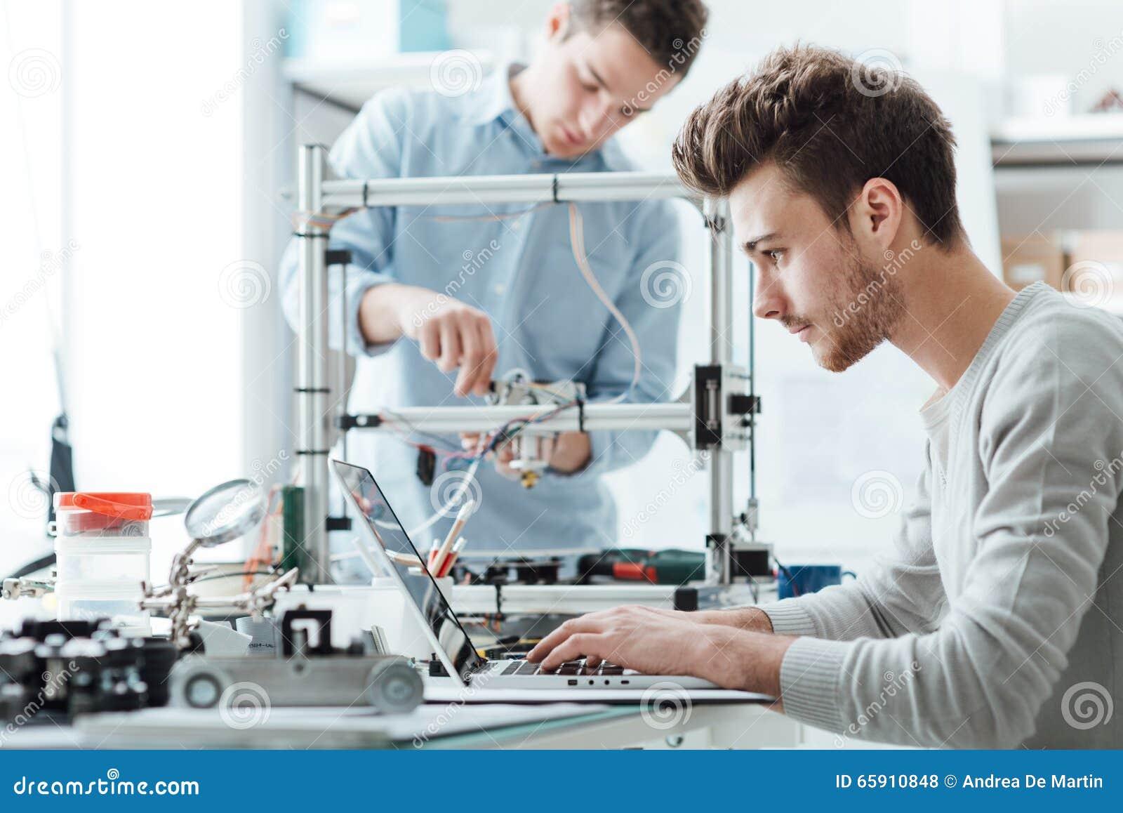 Teknikstudenter som arbetar i labbet