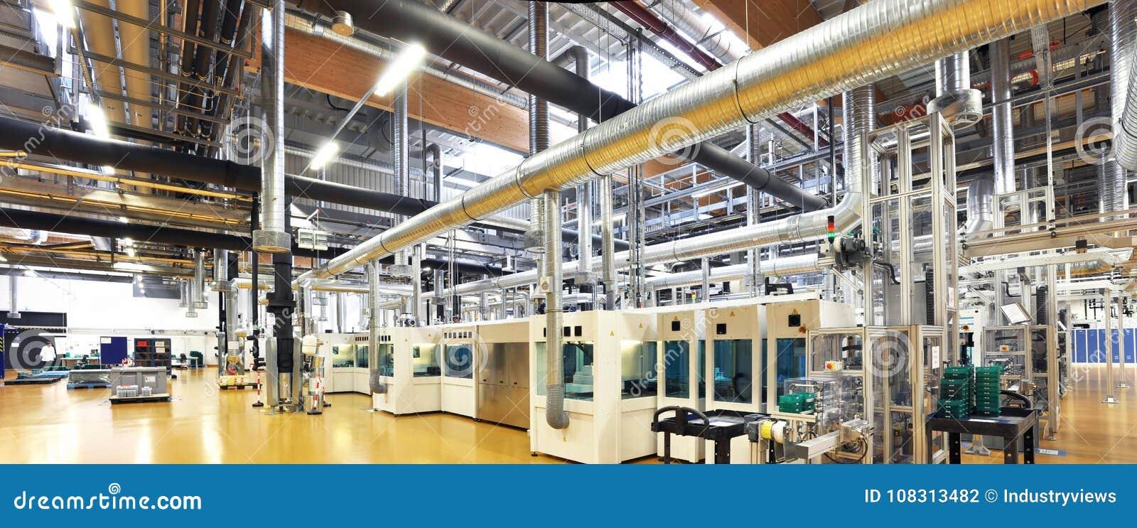 Tekniskt avancerad fabrik - produktion av sol- celler - maskineri och in