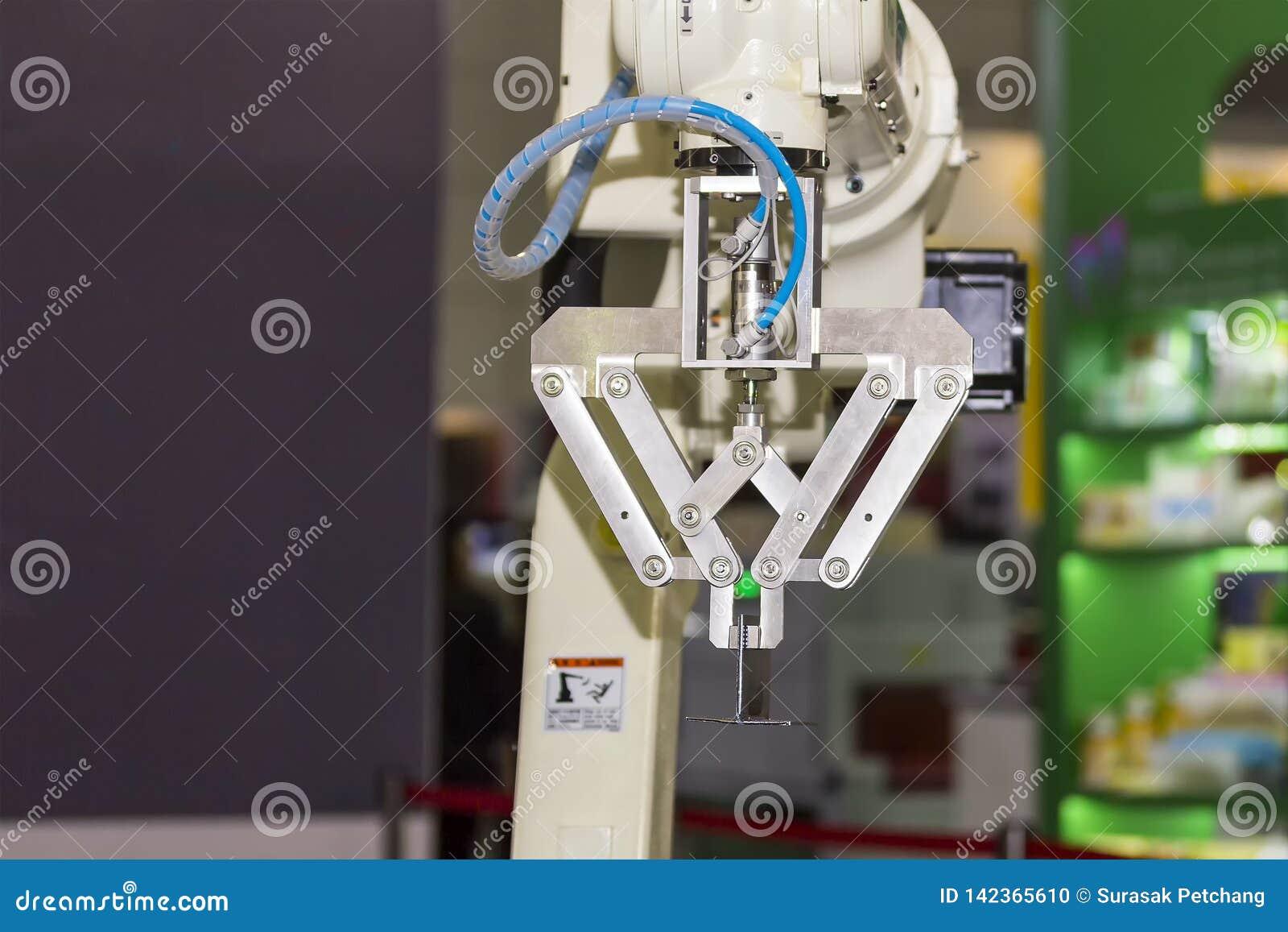 Tekniskt avancerad och precisionrobotarm med fattandet för låsprodukt i tillverkningsprocess
