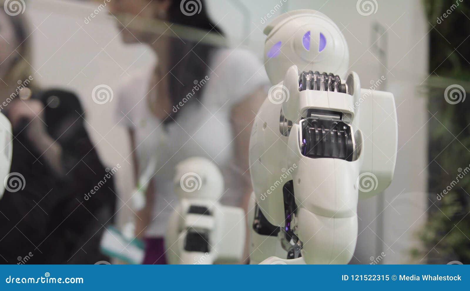 Tekniskt avancerat framtids- och vetenskapsbegrepp Smart dansa för Humanoidrobotar Dansrobotar Framtida teknologibegrepp