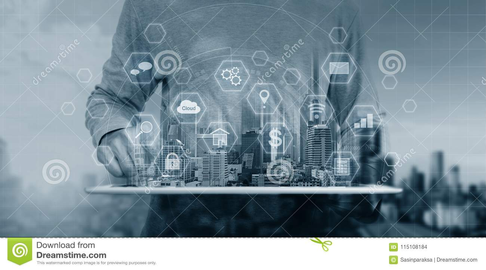 Teknologi för system för Cyberinternetsäkerhet Affärsmannen som använder den digitala minnestavlan, och säkerhet låser teknologis