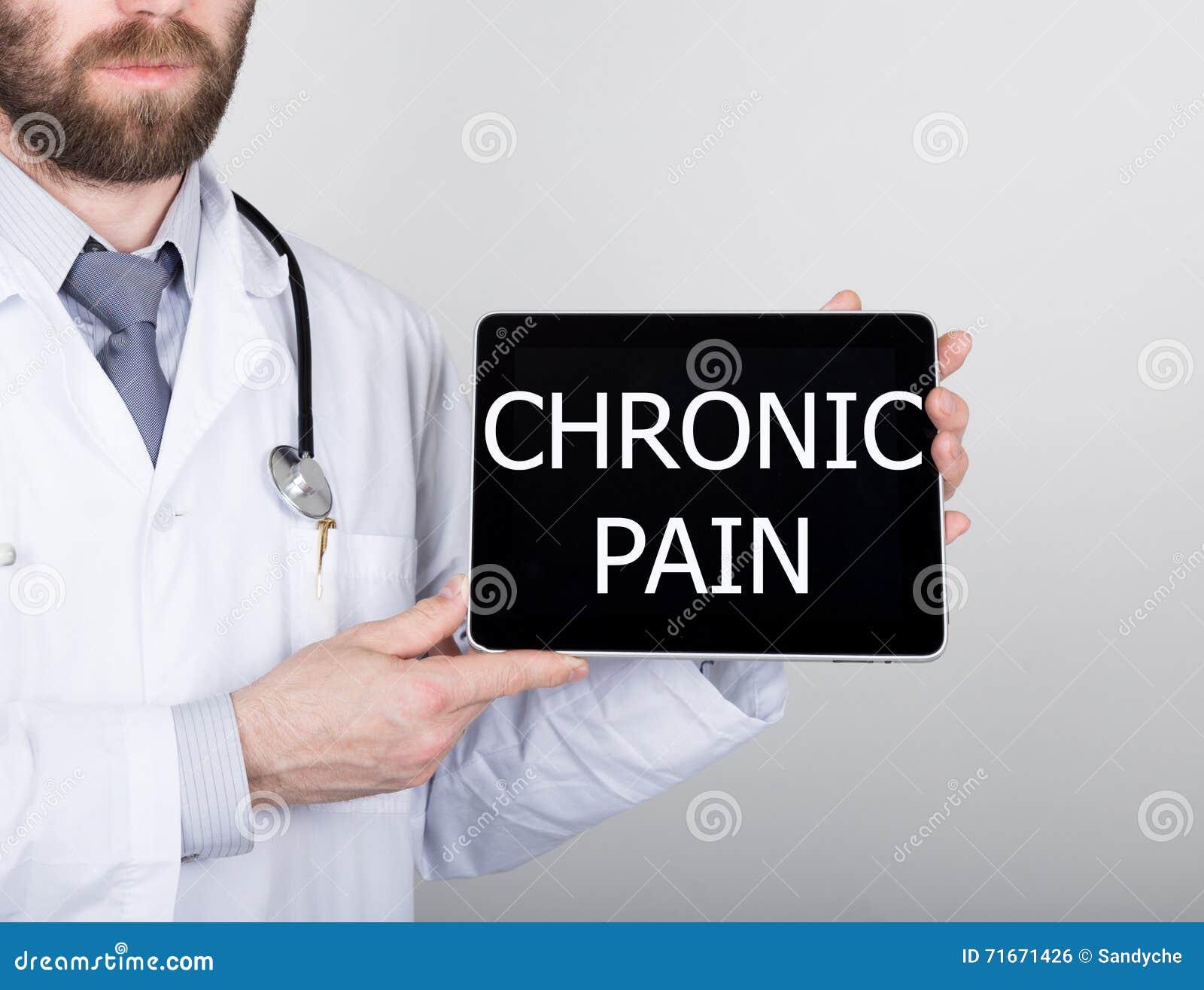 Teknologi, internet och nätverkande i medicinbegrepp - manipulera att rymma en minnestavlaPC med kroniskt smärtar tecknet Interne