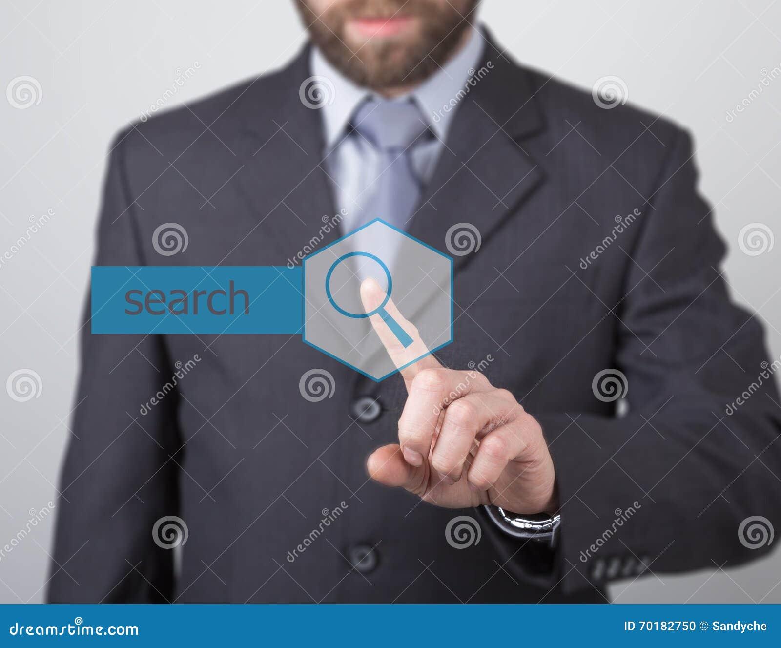 Teknologi-, internet- och nätverkandebegrepp - affärsmanpressar söker knappen på faktiska skärmar Internet