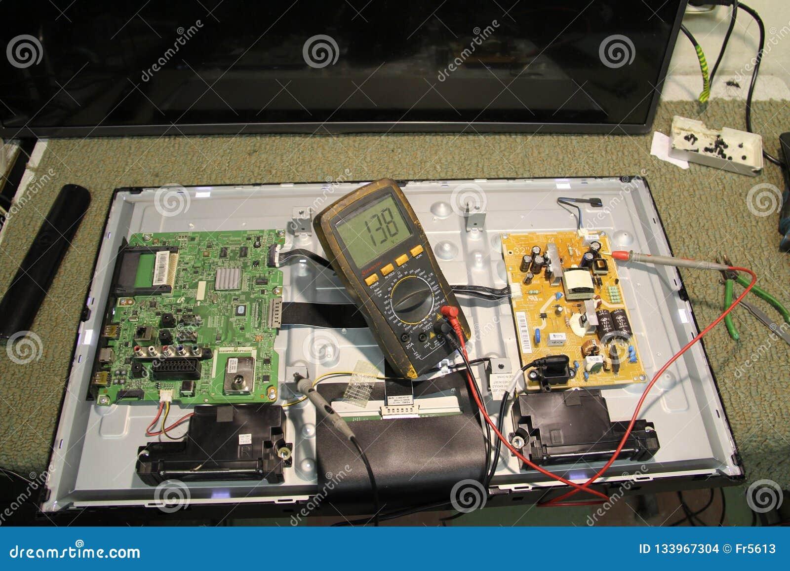 Teknologier Diagnostik och reparation av datorbrädet av den elektroniska apparaten av TV:N för vätskekristall