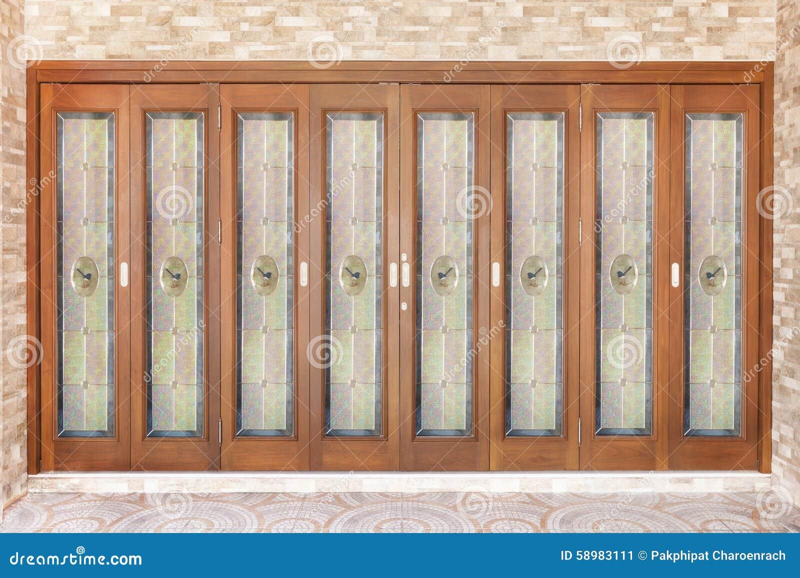Tekowy drewniany drzwi z lustrem - tło