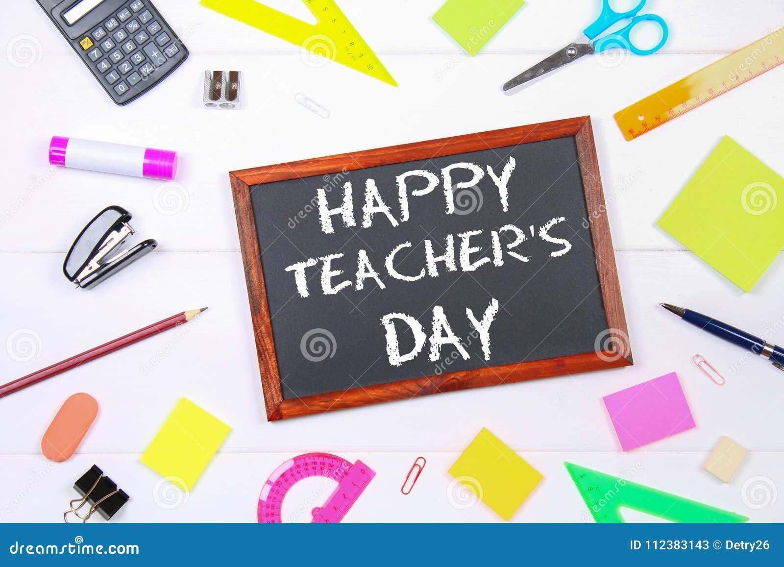 Tekst kreda na chalkboard: Szczęśliwy nauczyciela ` s dzień Szkolne dostawy, biuro, książki, jabłko