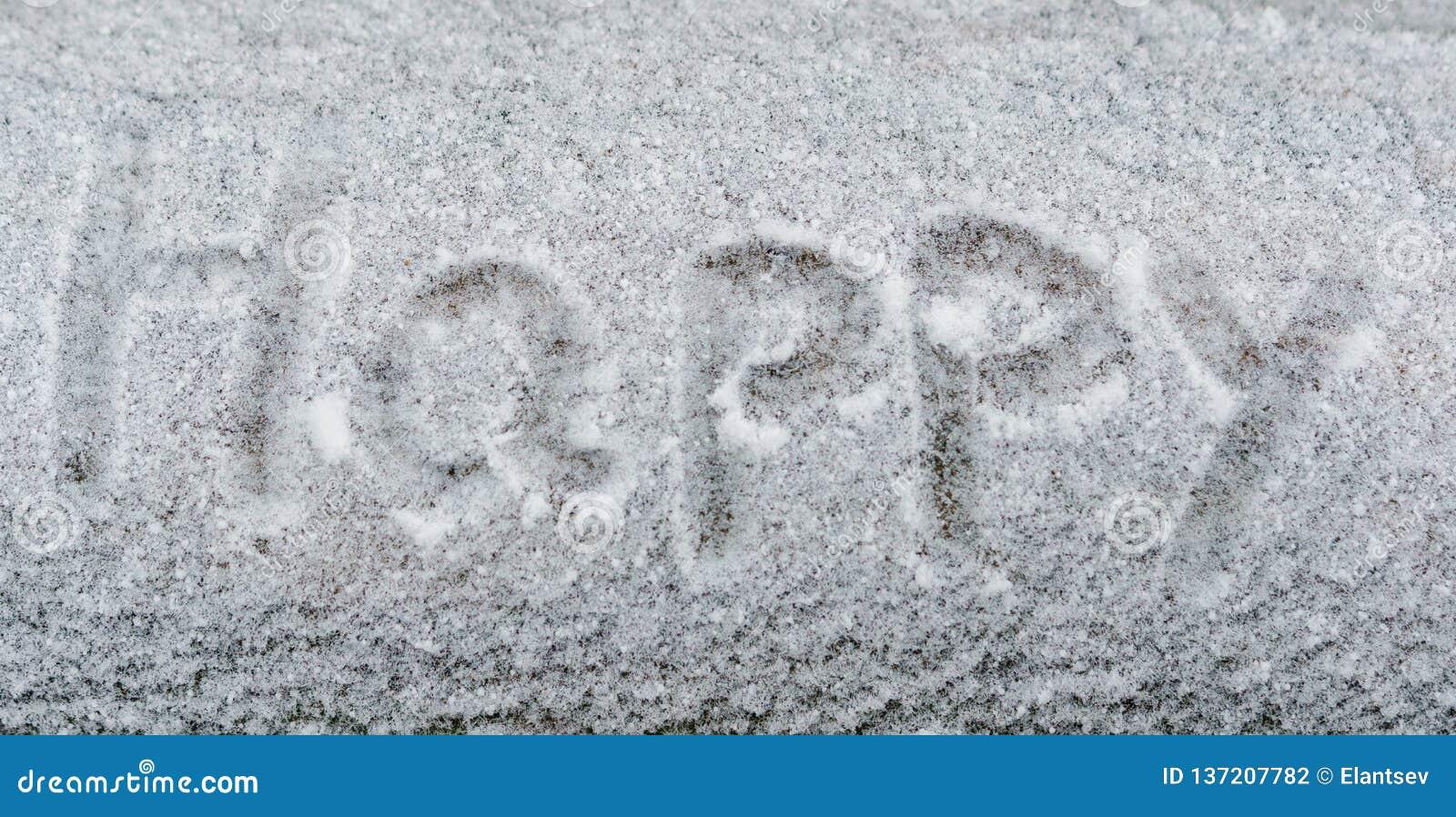 Tekst Szczęśliwy w białym śniegu Handwriting słowo Szczęśliwy w śniegu Śnieżny tło tekstury i zimno zimy pojęcie