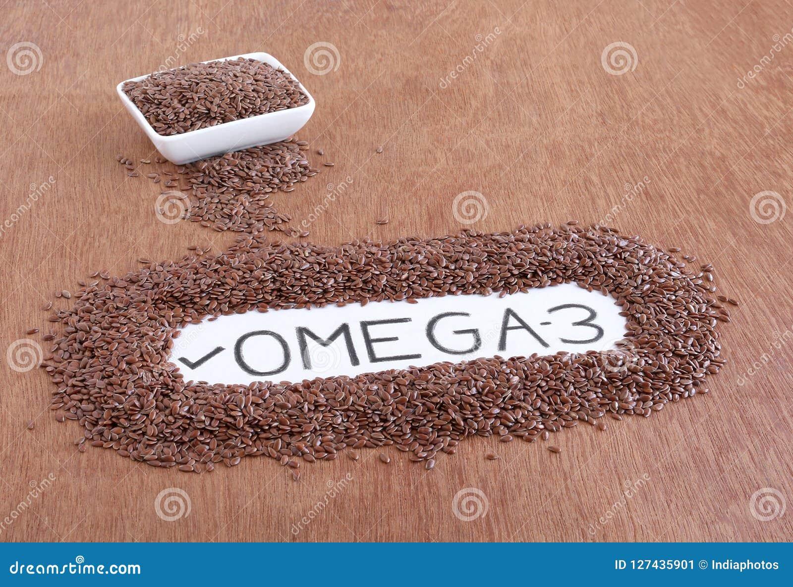Teksta ` Omega-3 ` Ręcznie pisany na papierze Otaczającym lna ziarnem