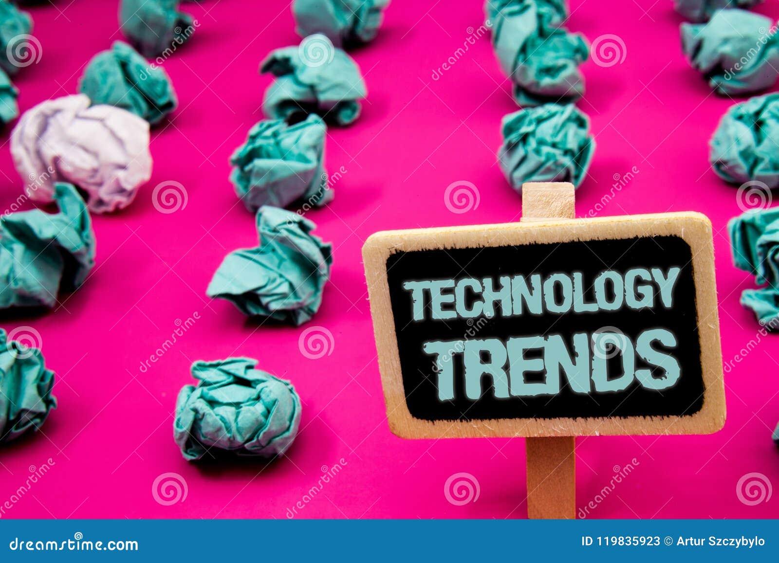 Tekstteken die Technologietendensen tonen Conceptuele foto die Modern Viraal Geavanceerd Ontwikkelings In Nieuw Bord met wit neig