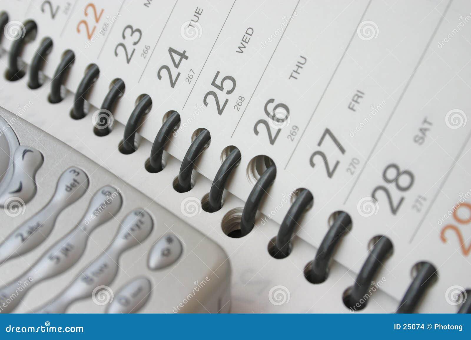 Teléfono celular en el diario de las hojas de operación (planning)
