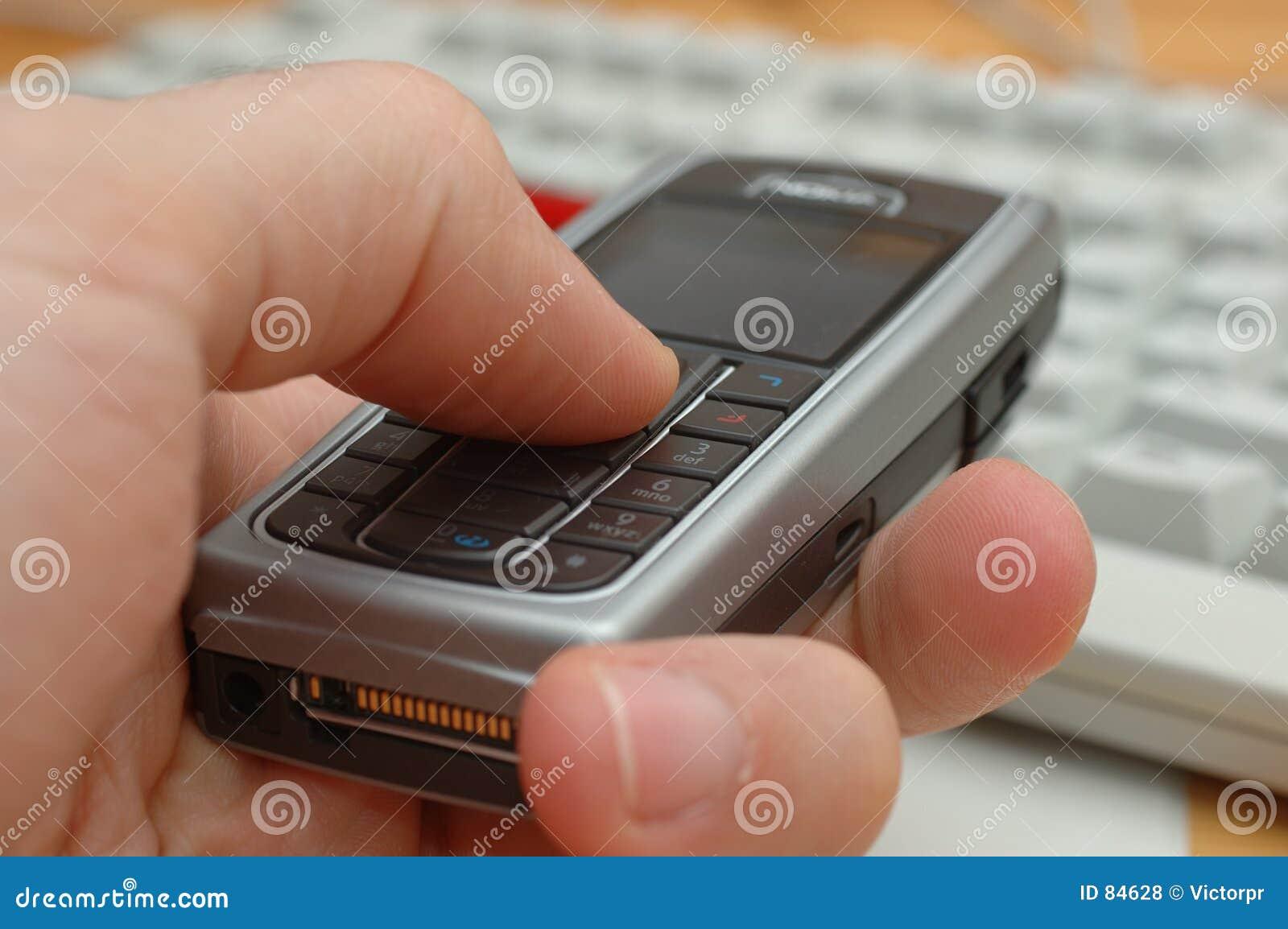 Teléfono celular en una mano