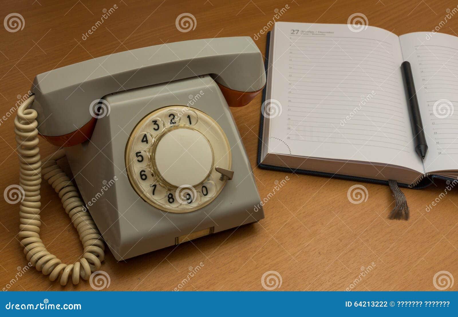 Teléfono de la línea horizonte con un cuaderno