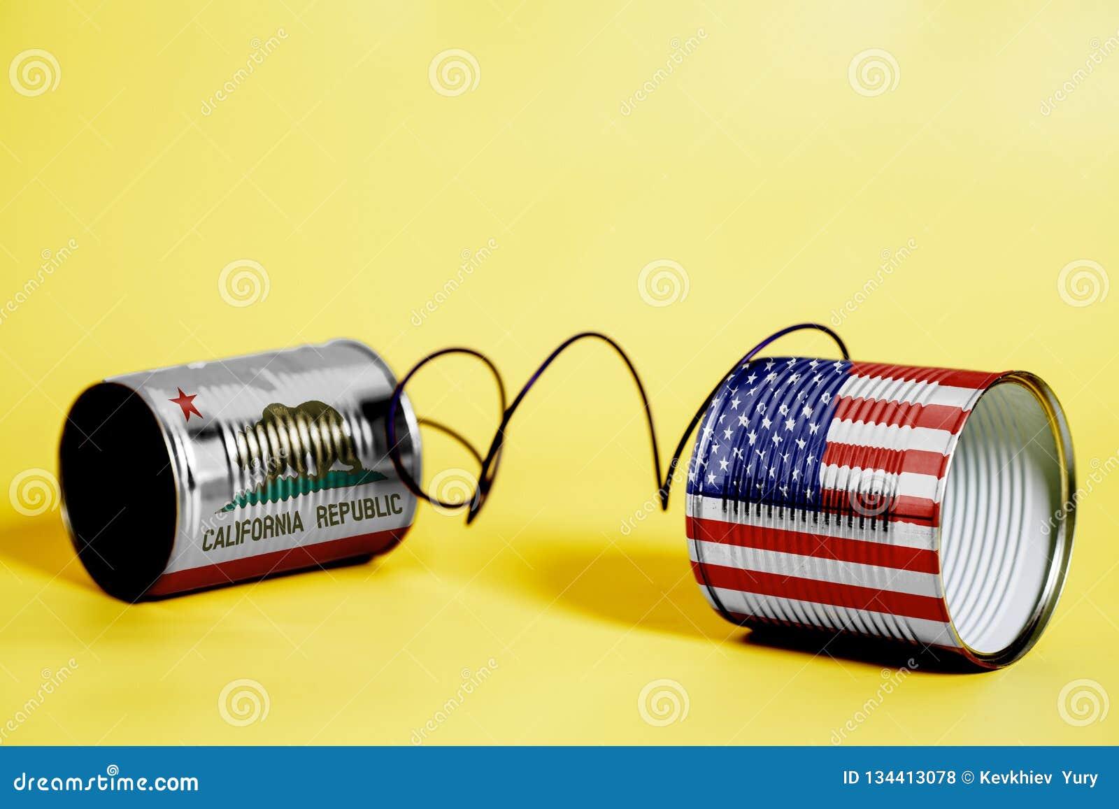 Teléfono de la lata con los E.E.U.U. y California U S Banderas del estado Concepto de la comunicación