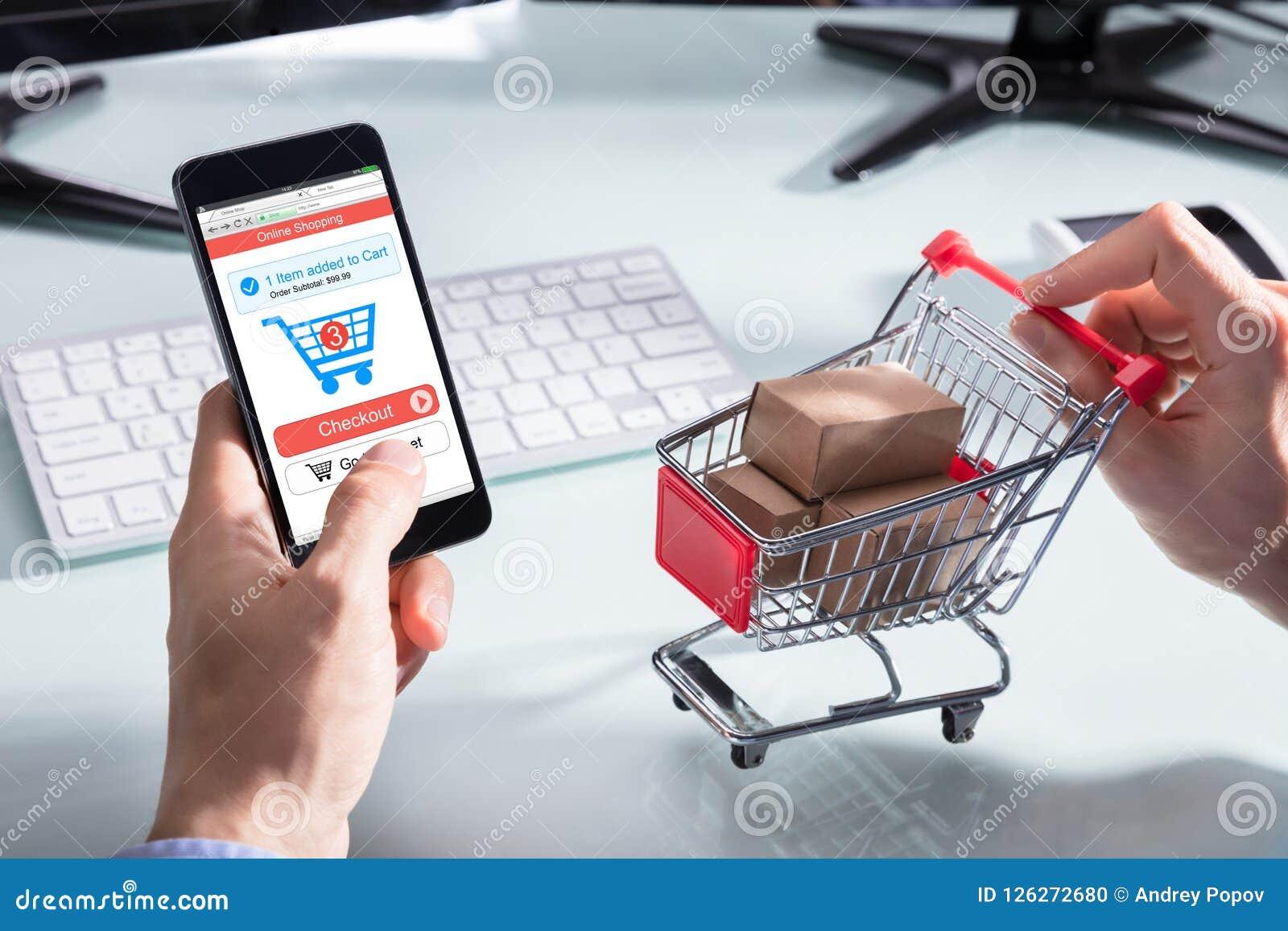 Teléfono de Person Shopping Online On Mobile