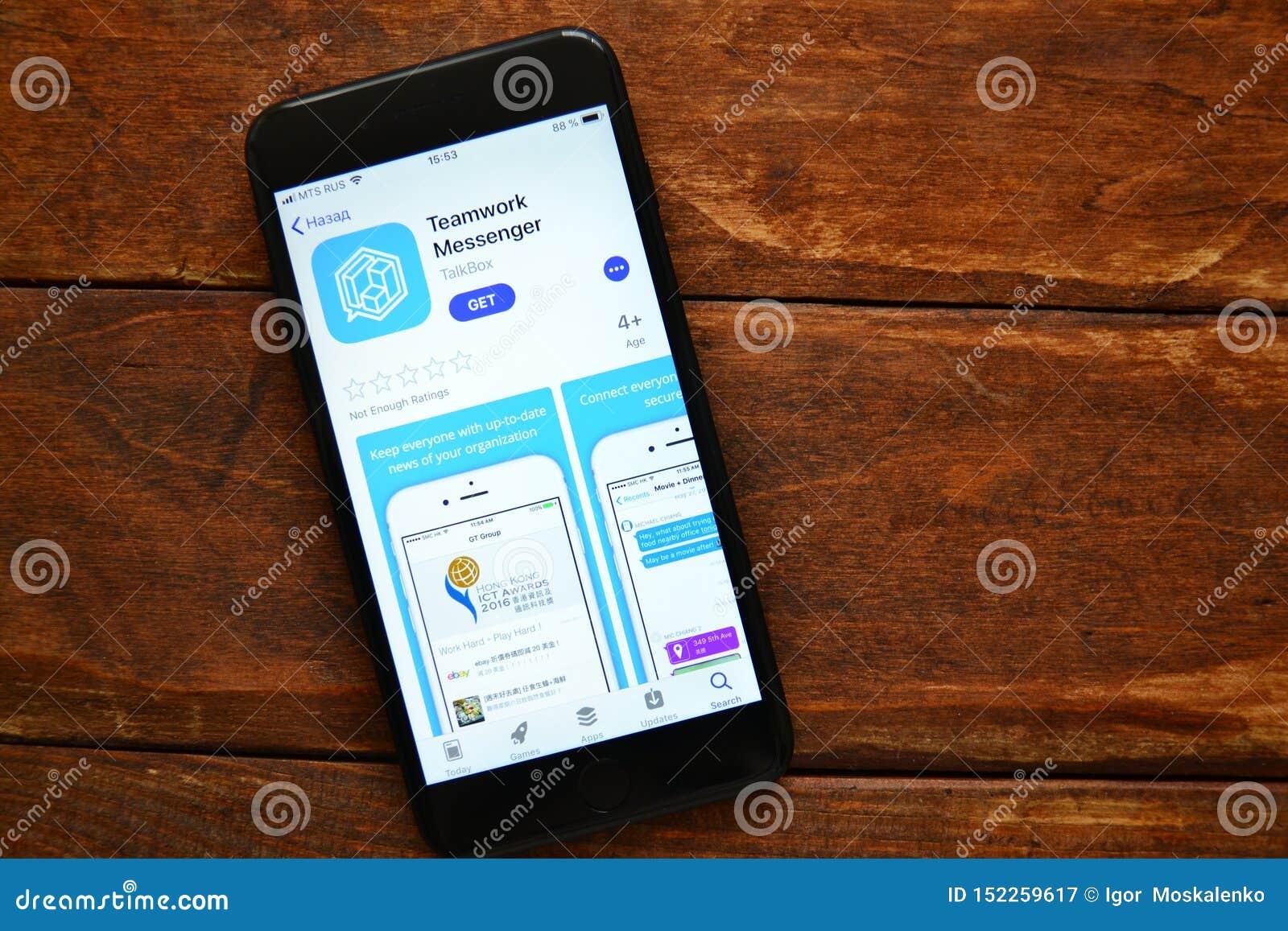 Teléfono en la tabla con una aplicación móvil para enviar un mensaje, smartphone