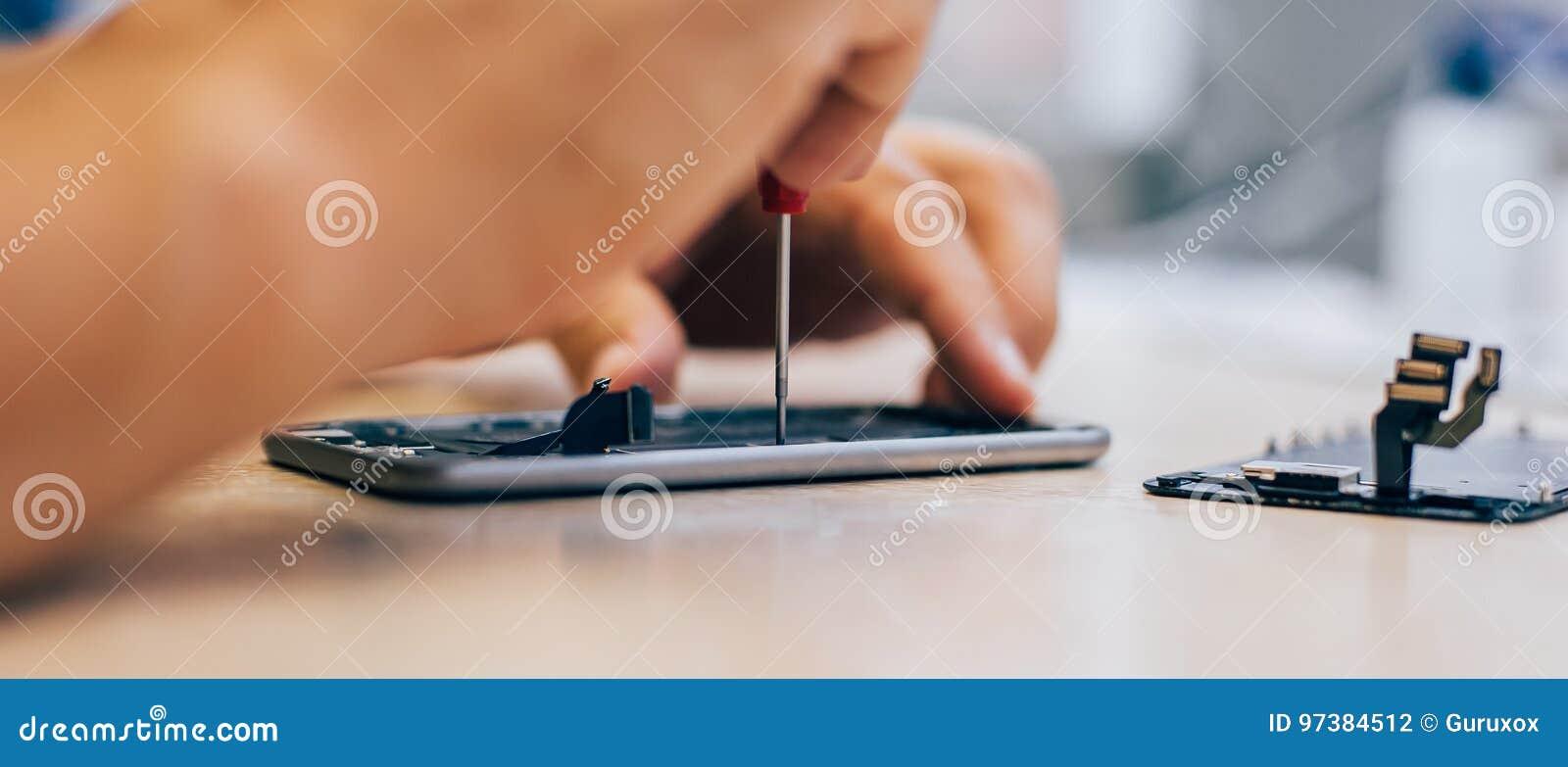 Teléfono móvil culpable de la reparación del técnico en el smartphone electrónico t