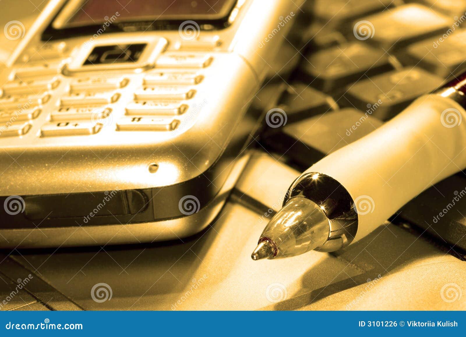 Teléfono móvil en el ordenador
