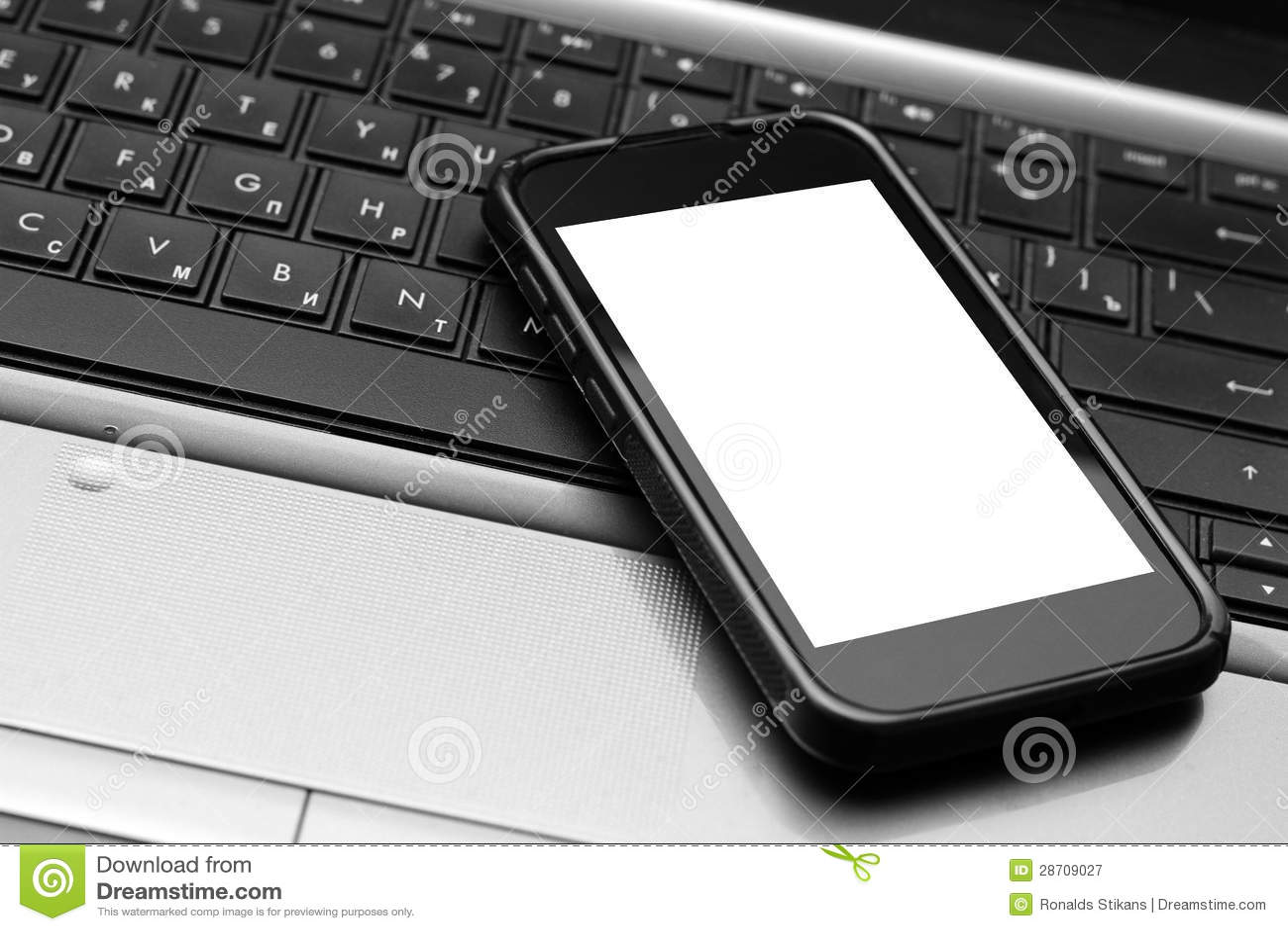 Teléfono móvil en el teclado de la computadora portátil