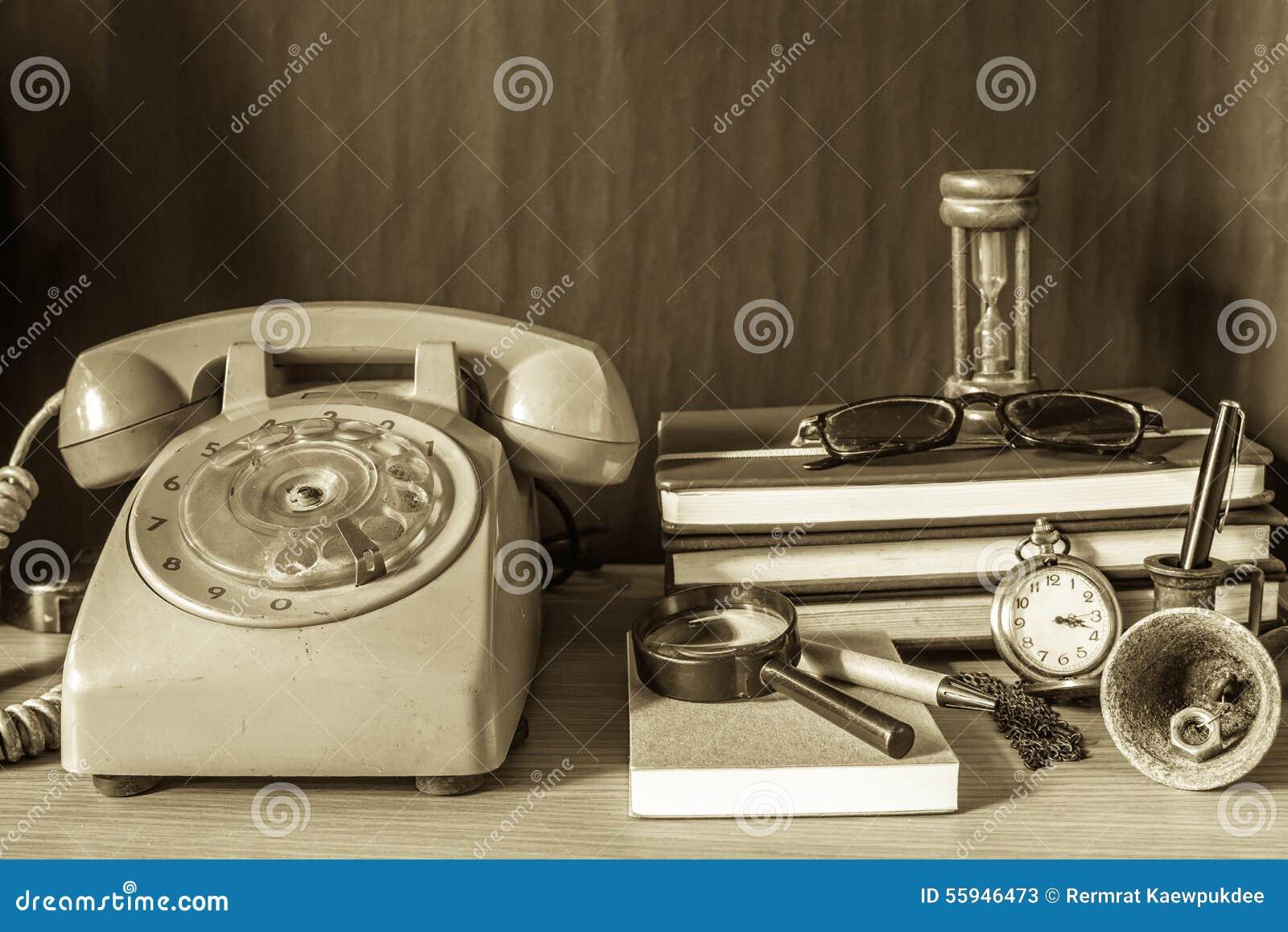 Teléfono y efectos de escritorio con un vintage